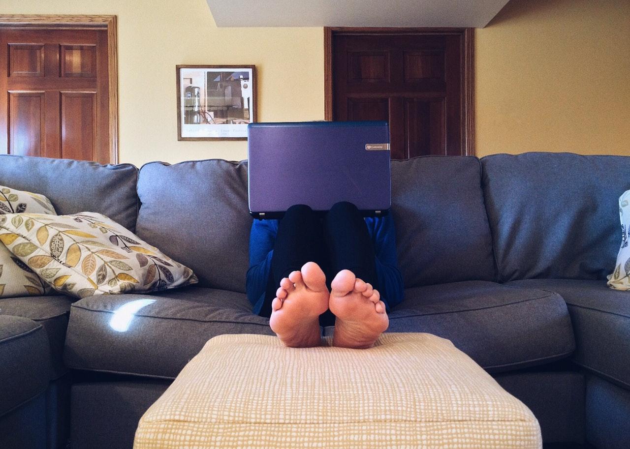 العمل من المنزل عبر الإنترنت هل ترفع الإنتاجية في العمل؟
